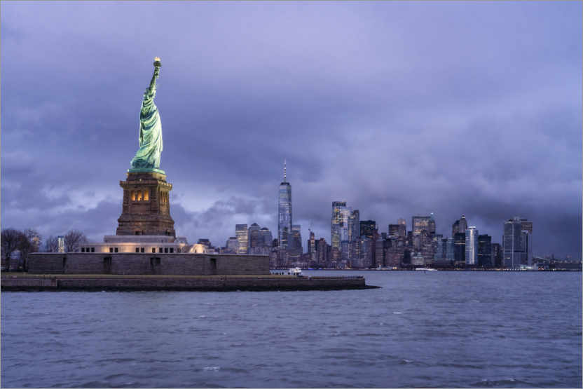 Premium poster Statue of Liberty in front of the Manhattan skyline