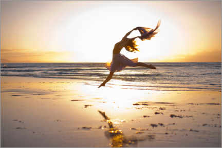 Premium poster Woman is dancing on the sunlit beach