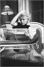 Premium poster  Marilyn Monroe reading a newspaper - Celebrity Collection