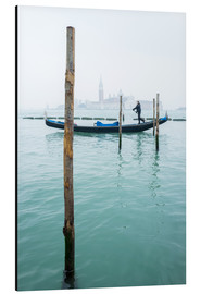 Aluminium print  Gondolier with his gondola on the water in Venice in fog - Jan Christopher Becke