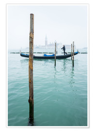 Premium poster  Gondolier with his gondola on the water in Venice in fog - Jan Christopher Becke