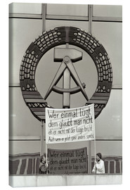 Canvas print  Protesters holding a banner on the balcony of the Palast der Republik