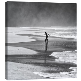 Canvas  Brazilian beach boy playing football on beach - Alex Saberi