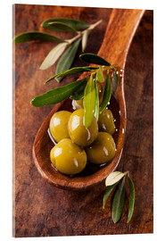 Acrylic print  Spoon with green olives on a wooden table - Elena Schweitzer